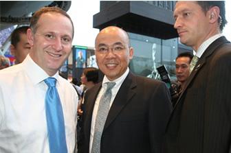 新西兰总理 Hon JOHN KEY 阁下(左)与源盛资深顾问 PETER JIANG(右)亲切合照